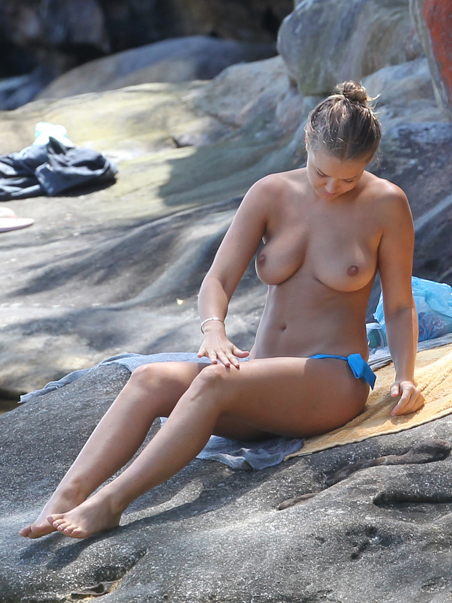 lara-bingle-candid-beach-topless-14.jpg