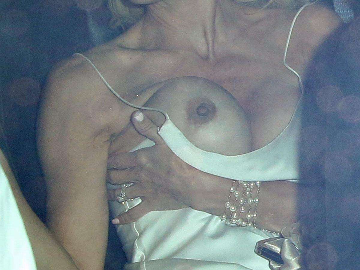 Фото вывалившихся женских сосков 5 фотография