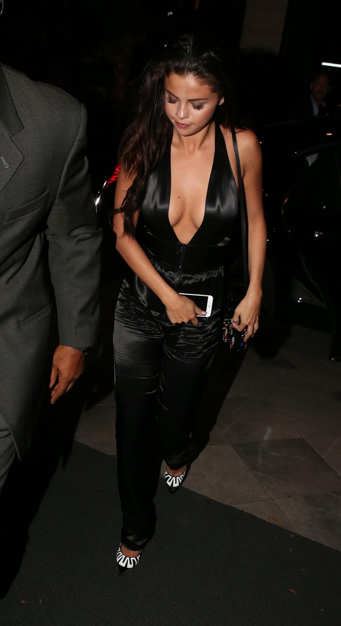 selena gomez cleavage and some pokies in paris celebrity
