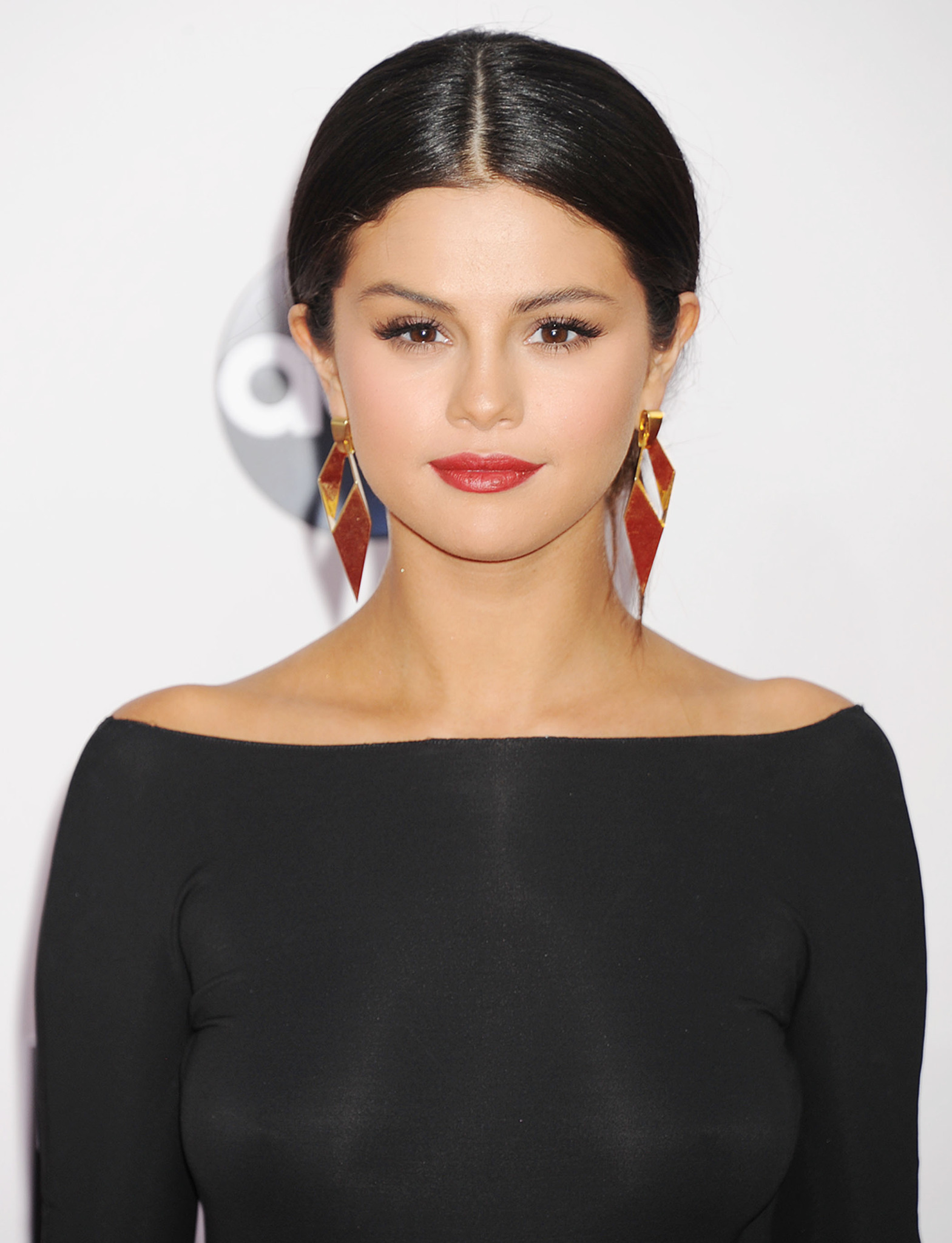 selena-gomez-braless-slight-see-through-at-the-amas-75473a66d2c156.jpg