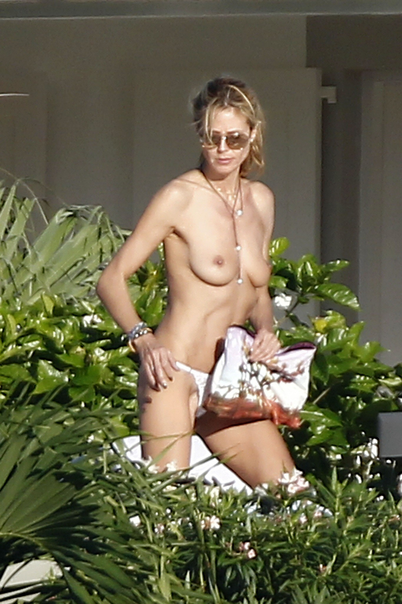 heidi-klum-caught-topless-in-st-barts-4.jpg