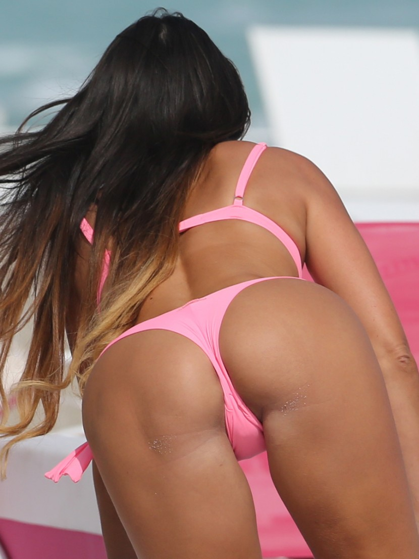 italian-model-claudia-romani-in-pink-thong-bikini-4.jpg