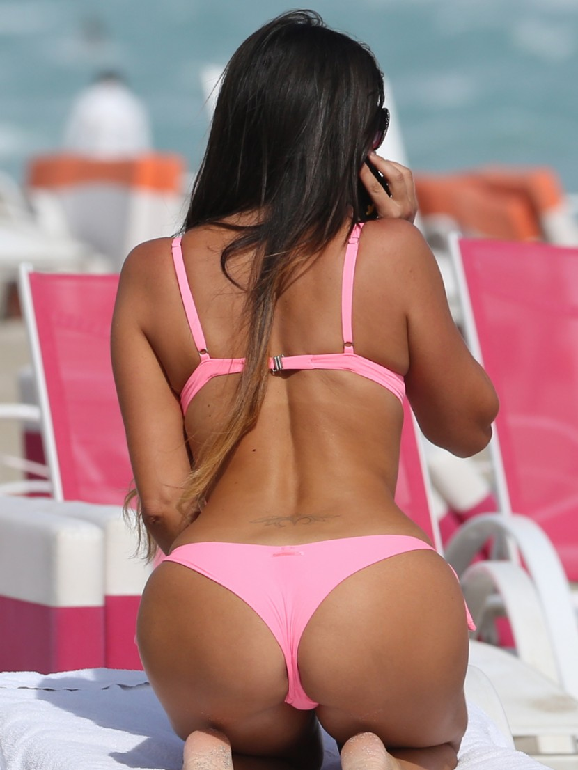 italian-model-claudia-romani-in-pink-thong-bikini-5