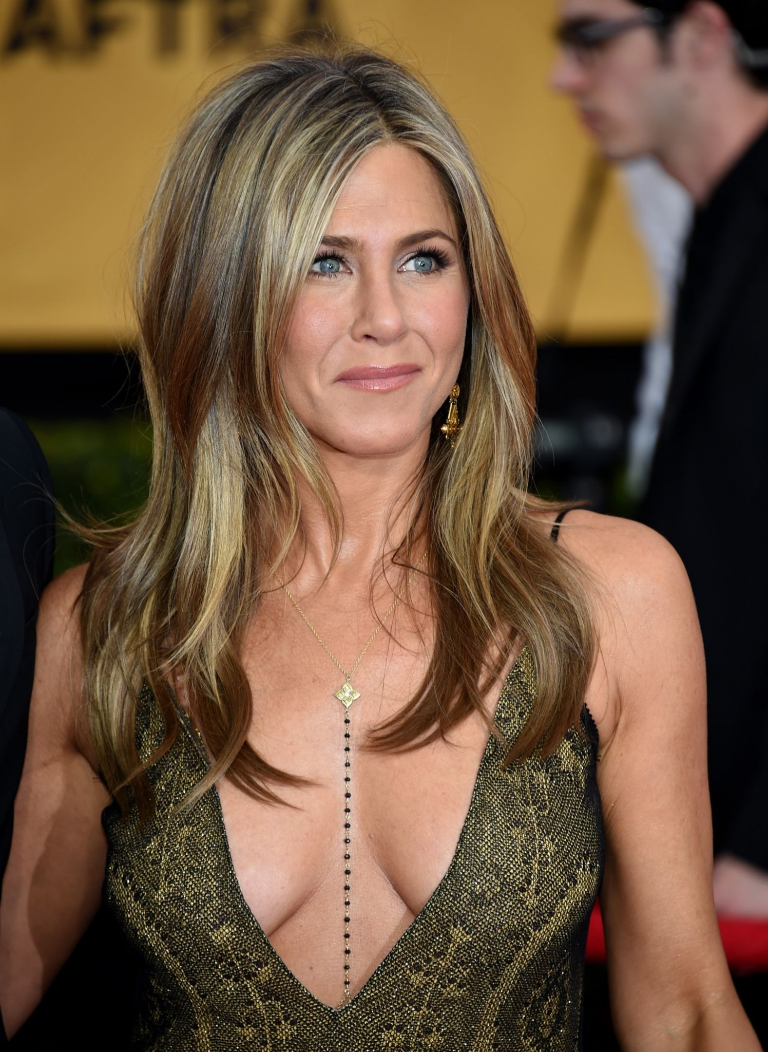 jennifer-aniston-cleavage-at-the-annual-sag-awards-2