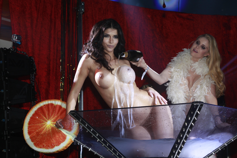 xxx watching women undressing