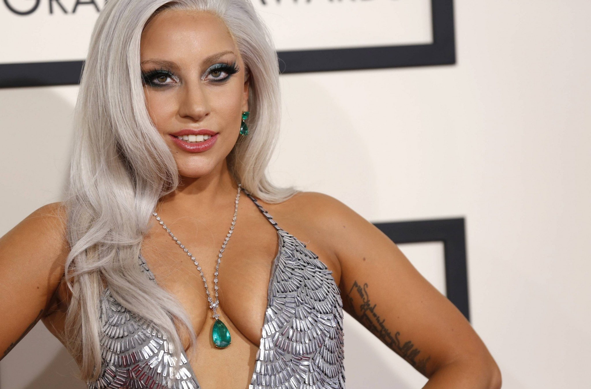 lady-gaga-cleavage-at-the-grammy-awards-5