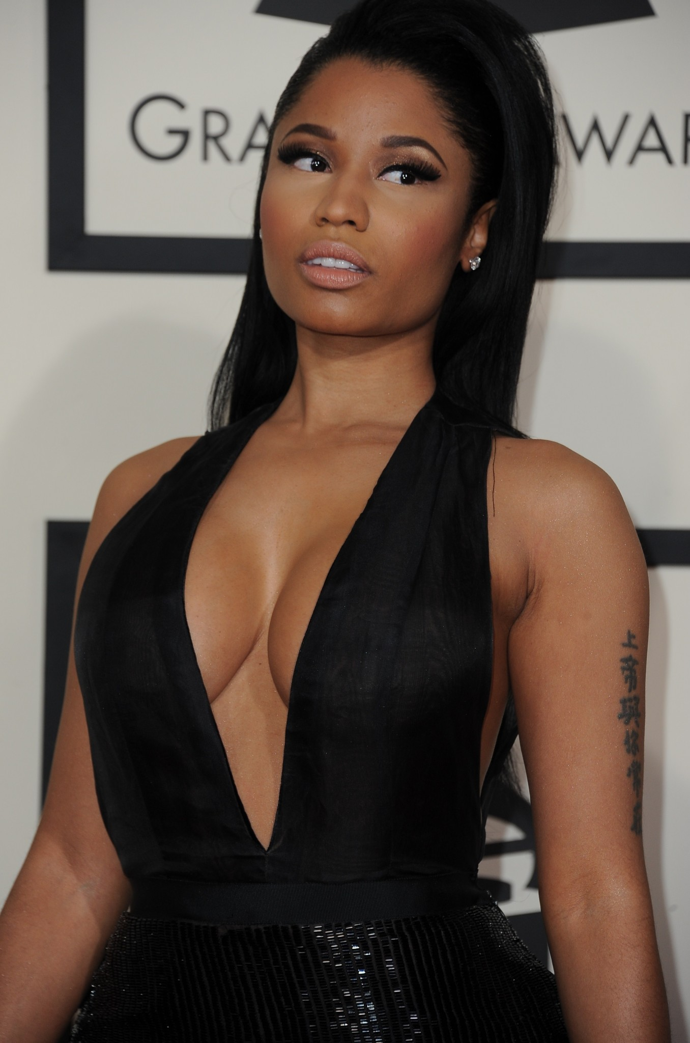 nicki-minaj-see-through-to-nipples-at-the-grammys-12