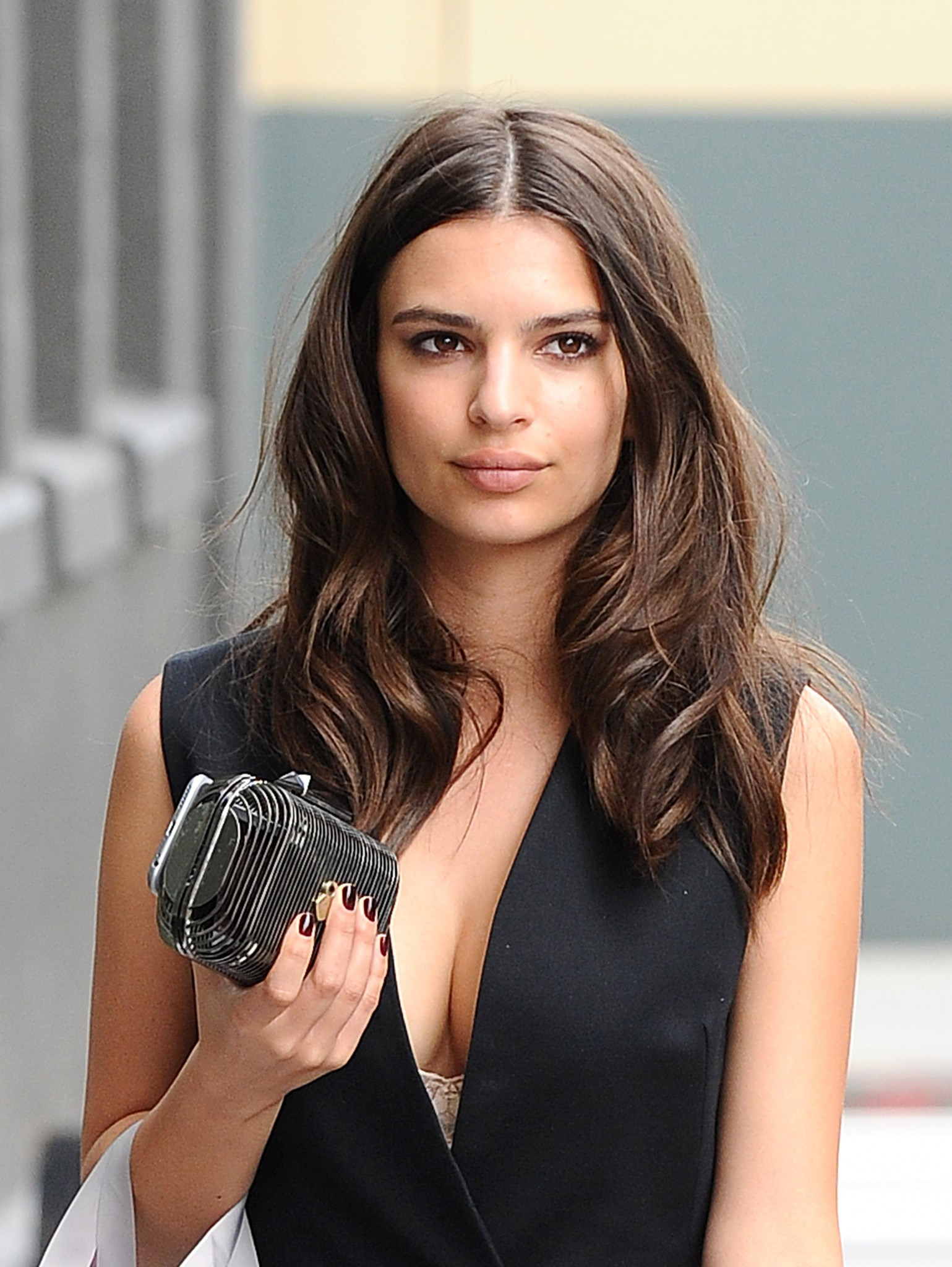 emily-ratajkowski-cleavage-while-out-shopping-6