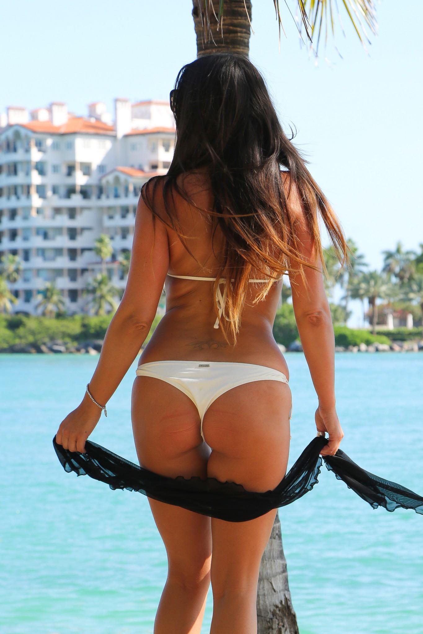 claudia-romani-wearing-a-bikini-in-miami-100-9