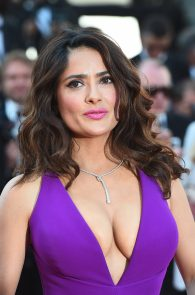 salma-hayek-cleavage-in-cannes-7