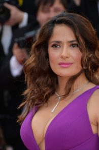 salma-hayek-cleavage-in-cannes-8