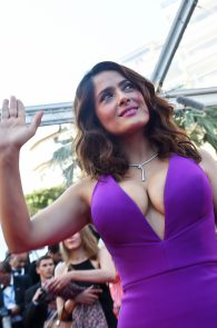 salma-hayek-cleavage-in-cannes-9