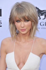 taylor-swift-cleavage-at-bma-in-las-vegas-1