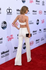 taylor-swift-cleavage-at-bma-in-las-vegas-10