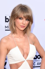 taylor-swift-cleavage-at-bma-in-las-vegas-11