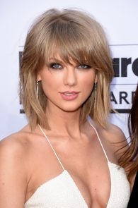 taylor-swift-cleavage-at-bma-in-las-vegas-12