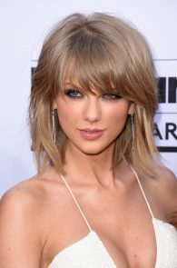 taylor-swift-cleavage-at-bma-in-las-vegas-13