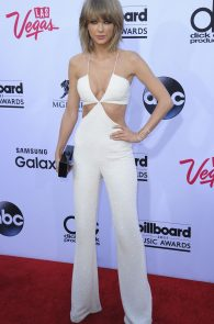 taylor-swift-cleavage-at-bma-in-las-vegas-2