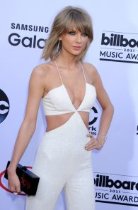 taylor-swift-cleavage-at-bma-in-las-vegas-3