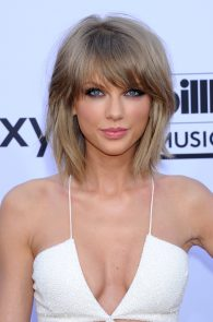 taylor-swift-cleavage-at-bma-in-las-vegas-4