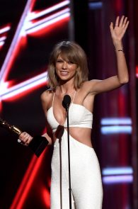 taylor-swift-cleavage-at-bma-in-las-vegas-5