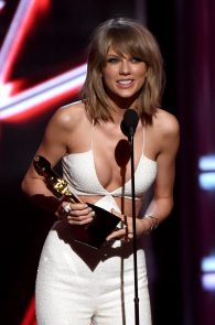 taylor-swift-cleavage-at-bma-in-las-vegas-6
