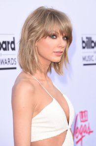 taylor-swift-cleavage-at-bma-in-las-vegas-7
