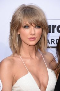 taylor-swift-cleavage-at-bma-in-las-vegas-8