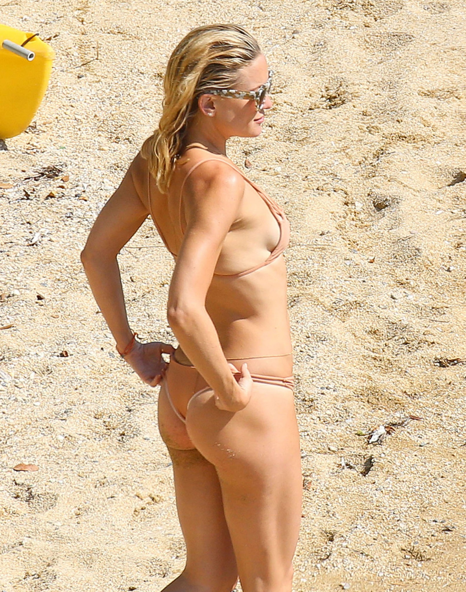 kate-hudson-bikini-greece-2