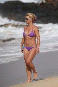 britney-spears-wearing-a-bikini-in-hawaii-03