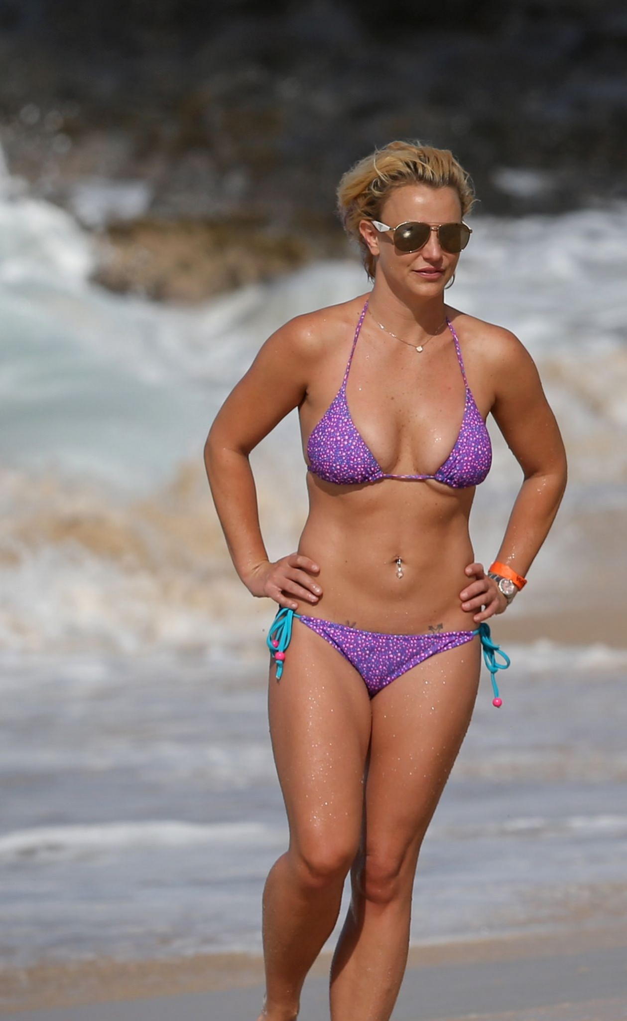 britney-spears-wearing-a-bikini-in-hawaii-04