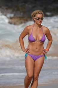britney-spears-wearing-a-bikini-in-hawaii-04