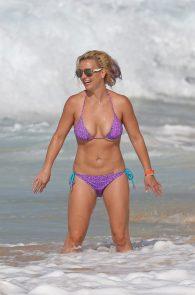 britney-spears-wearing-a-bikini-in-hawaii-07