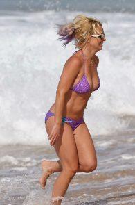 britney-spears-wearing-a-bikini-in-hawaii-14