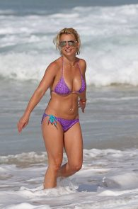 britney-spears-wearing-a-bikini-in-hawaii-16