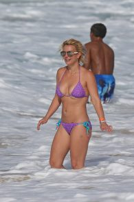 britney-spears-wearing-a-bikini-in-hawaii-18