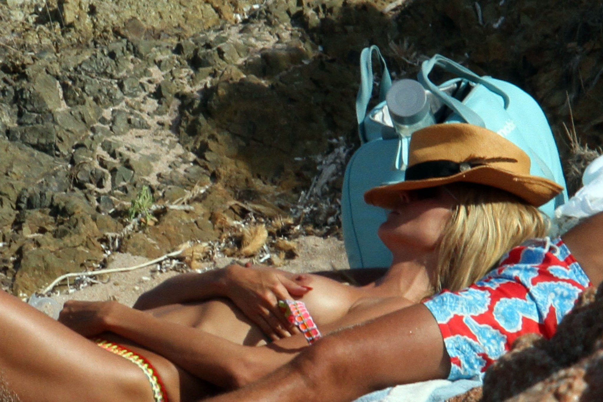 heidi-klum-topless-on-the-beach-in-italy-11