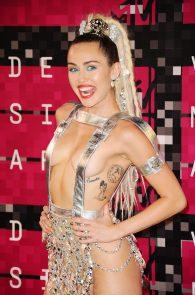 miley-cyrus-thong-ass-flash-half-naked-mtv-video-music-awards-2015-28
