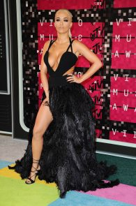 rita-ora-huge-cleavage-at-the-2015-mtv-video-music-awards-02