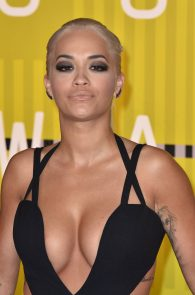 rita-ora-huge-cleavage-at-the-2015-mtv-video-music-awards-04
