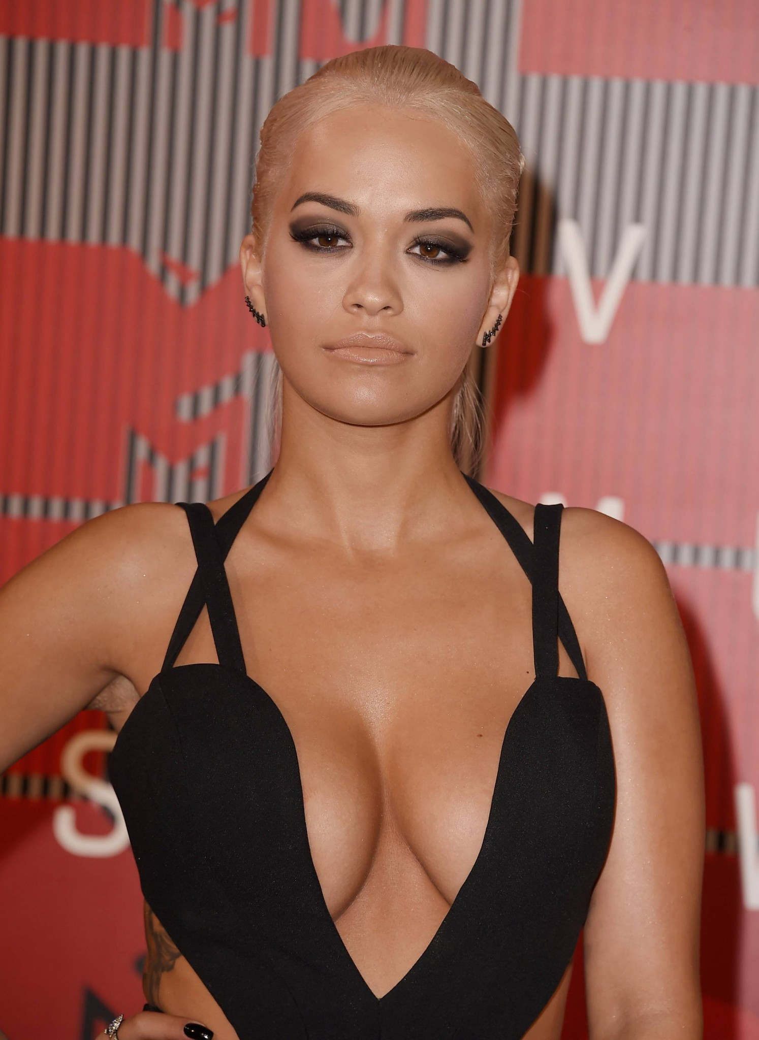 rita-ora-huge-cleavage-at-the-2015-mtv-video-music-awards-10