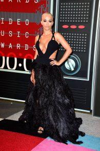 rita-ora-huge-cleavage-at-the-2015-mtv-video-music-awards-13