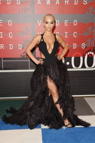 rita-ora-huge-cleavage-at-the-2015-mtv-video-music-awards-17