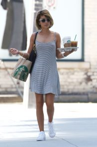 sarah-hyland-nipple-pokes-in-toronto-04