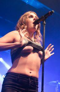 tove-lo-boobs-flash-at-a-concert-in-rio-de-janeiro-01
