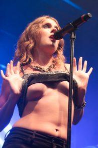 tove-lo-boobs-flash-at-a-concert-in-rio-de-janeiro-02