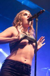 tove-lo-boobs-flash-at-a-concert-in-rio-de-janeiro-04
