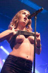 tove-lo-boobs-flash-at-a-concert-in-rio-de-janeiro-09