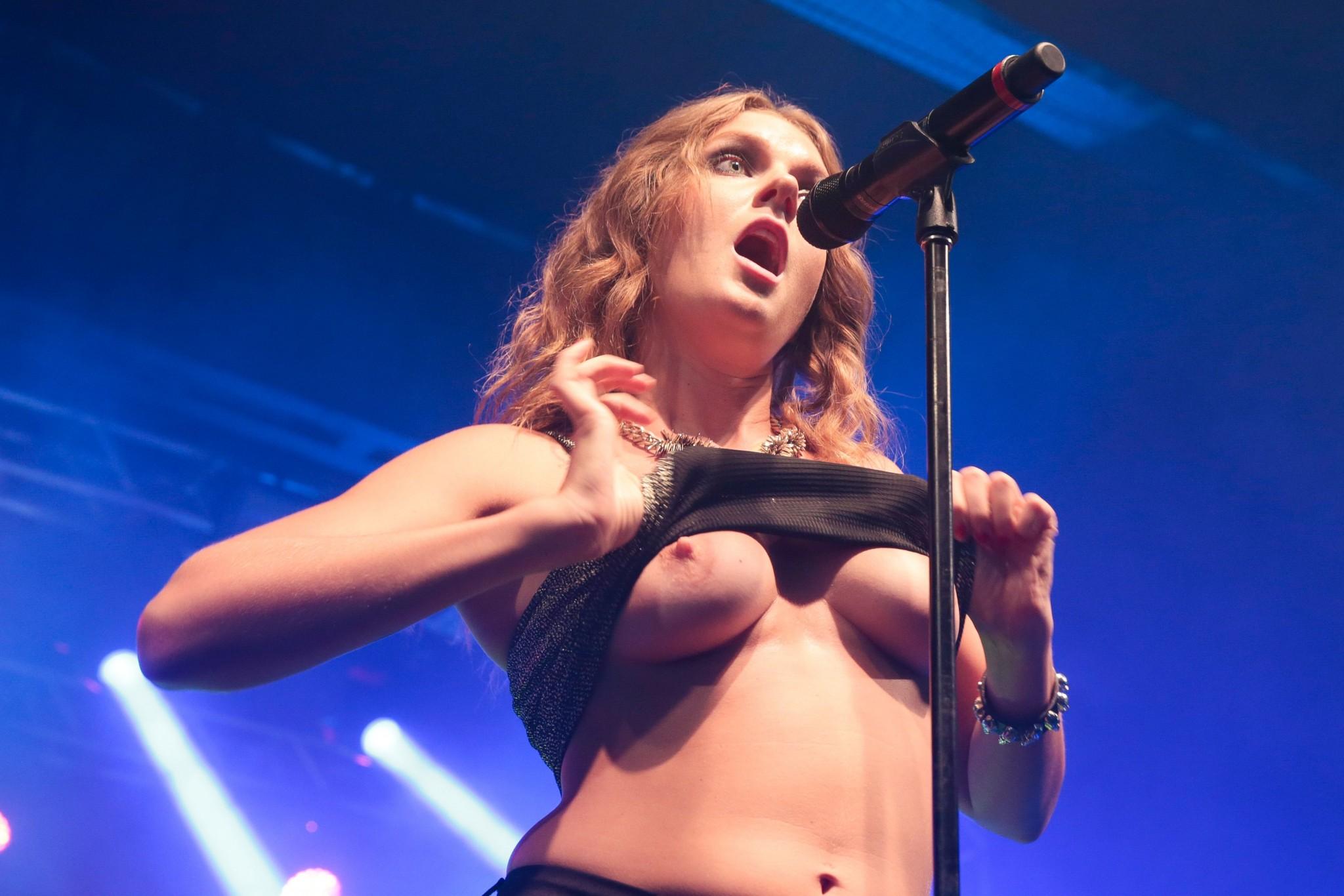 tove-lo-boobs-flash-at-a-concert-in-rio-de-janeiro-11