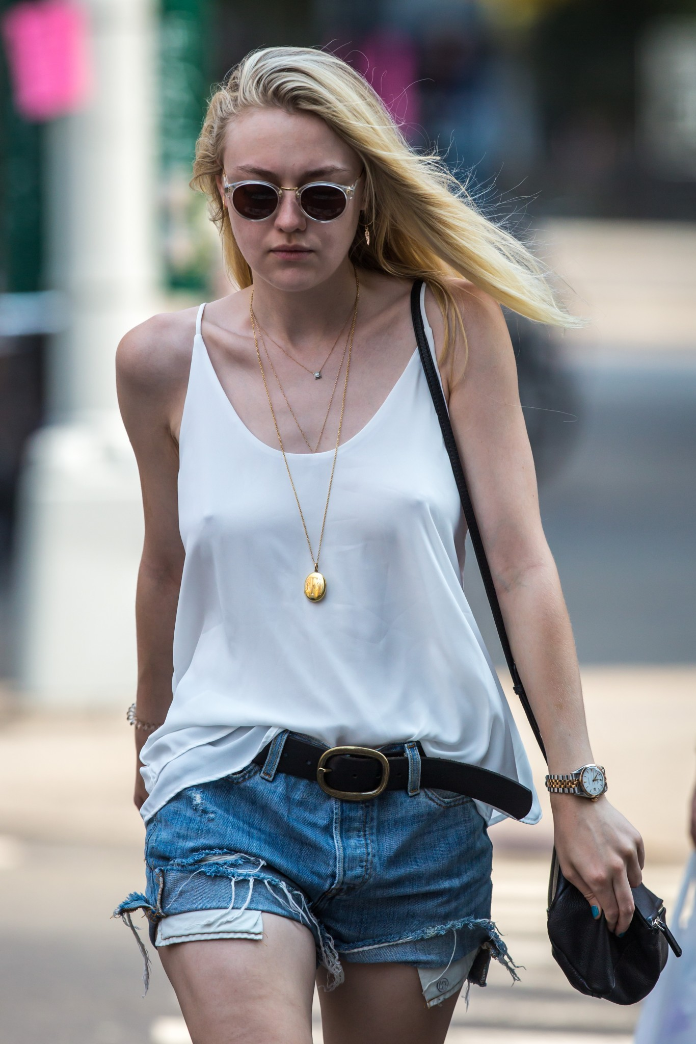 dakota-fanning-braless-pokies-in-soho-nyc-09